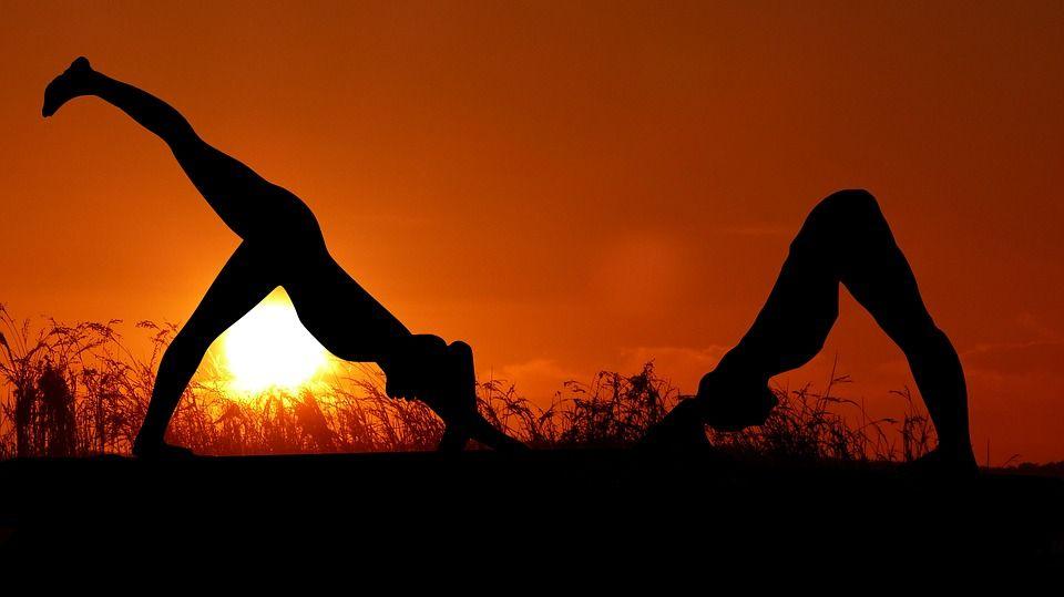 Practicar yoga con tu pareja para fortalecer el vínculo